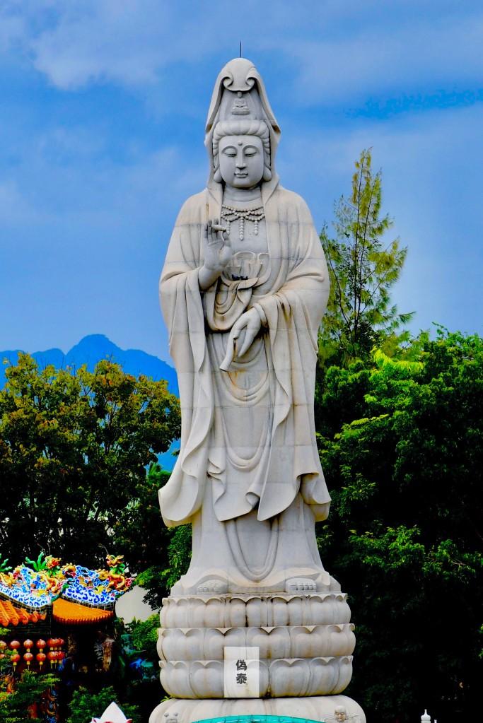 一尊全白色,高高的觀音菩薩就站立在河邊,遠望對岸,解釋煩憂。